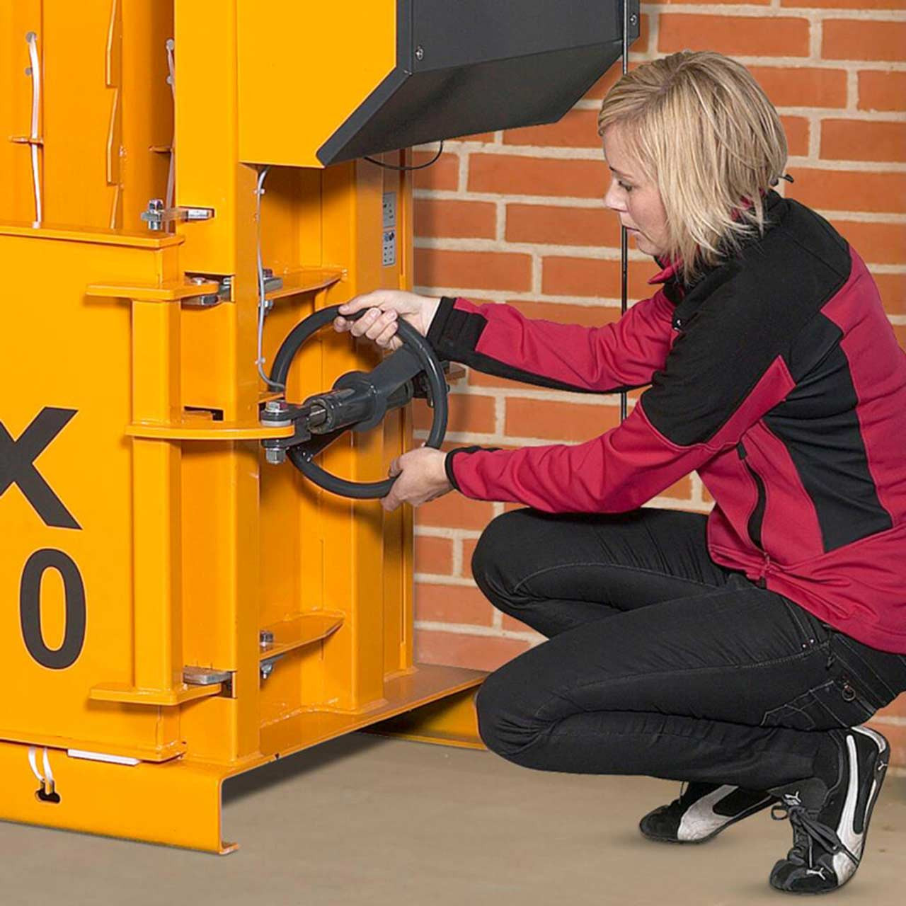 Threaded spindle ensures steady and safe chamber door opening