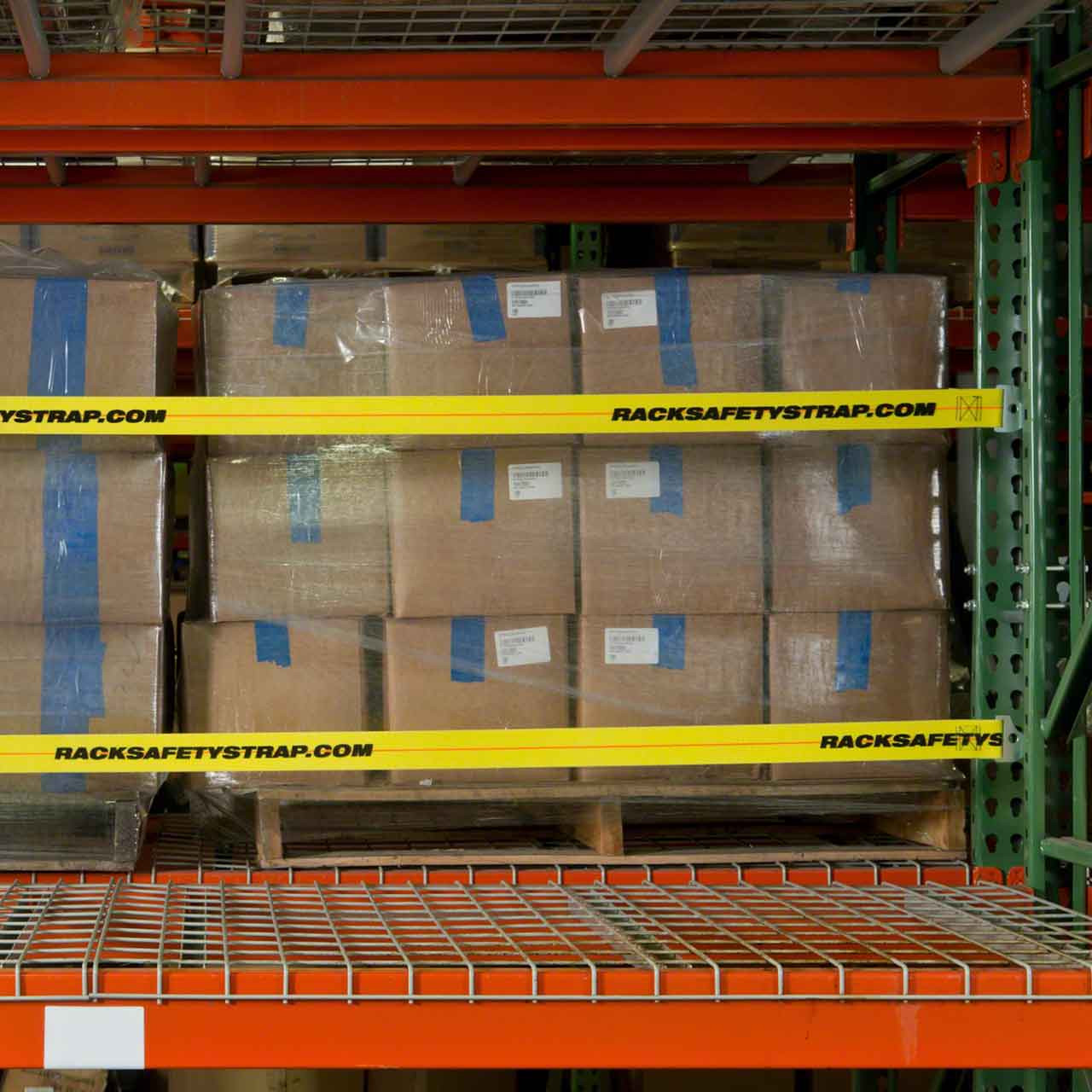 Pallet rack with two safety straps