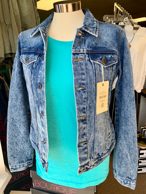 Fall days ahead call for stylish jackets with some retro flair, what's better than a classic styled, stonewashed denim jacket to add comfort, warmth and style to your wardrobe ?   heavy weight 100 % cotton denim, stonewashed, long sleeves, button up design with double breast pockets and side pockets.