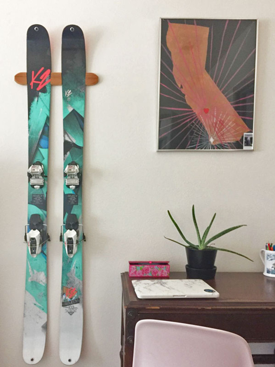 wall hanger display for skis