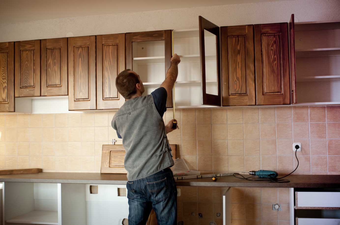 How Can You Tell the Difference Between Laminate and Wood Cabinet Doors?