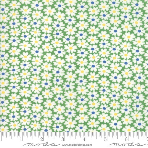 WHITE FLOWERS WITH BLUE AND YELLOW CENTERS ON GREEN FABRIC - 23314-18 Clover