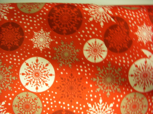 GOLD, RED AND WHITE SNOWFLAKES AND BALLS ON RED FABRIC - LEICHR002-2