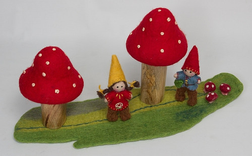 Mossy mat, 2 gnomes and 2 toadstools.
