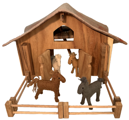 Barn with felt roof, 6 fence pieces and 4 barn horses.