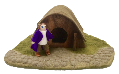 Mr Hobbit in front of his house, roof can be lifted off. There's 4 pieces in this set: Mr. Hobbit, the mat, the house and the roof.