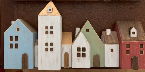 These are 4 of the 8 houses in the set, please check out the other images. This comes packed in a tray which becomes the quay when turned over, if you want to create a harbor town. Part of this story is a light house and a set of 3 boats, sold separately.