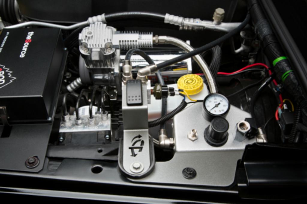 (JEEP® JK TWIN VIAIR® ENGINE MOUNT INSTALL BRACKET KIT) (22-2719). Full VIAIR Engine Mounted to Vehicle.