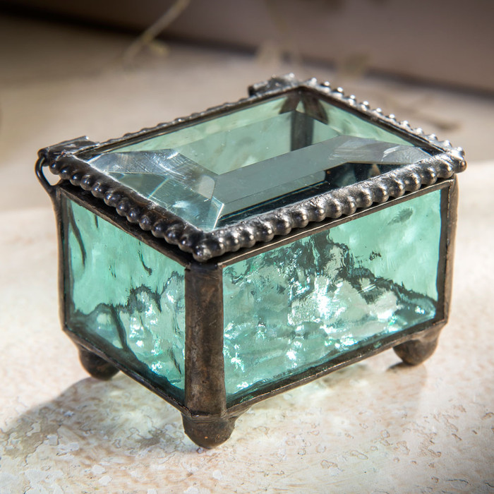 This mini glass box is perfect for holding rings or trinkets.