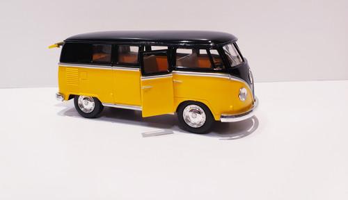 1962 Volkswagen Classical Bus (Yellow/Black-Top) 1:32 Scale
