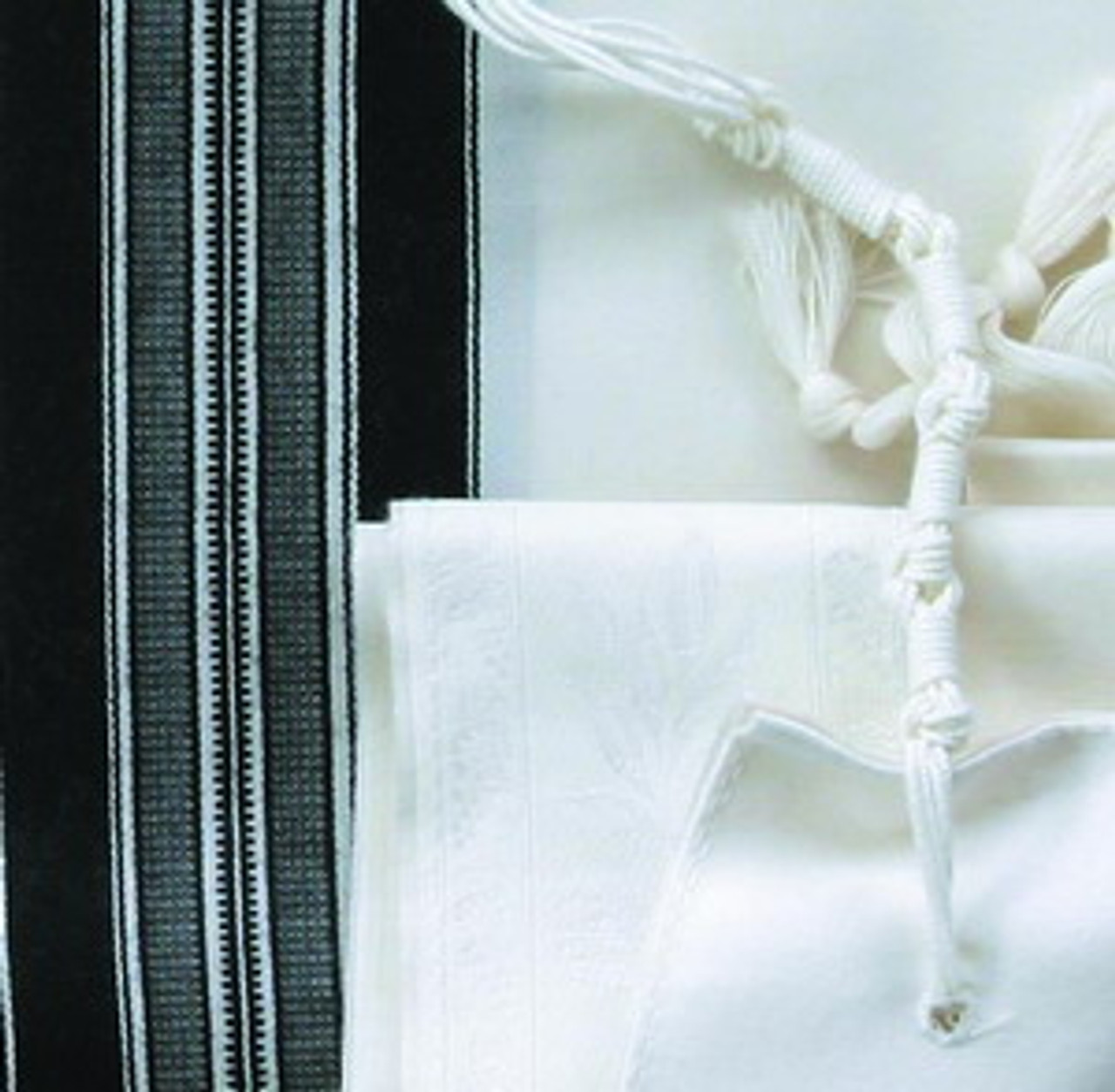 Standard Ashkenazi tzitzit tying. Other tzitzit tying customs are also available.