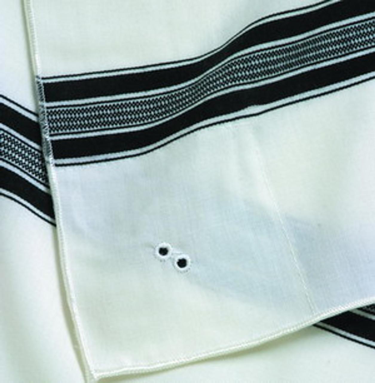 Diagonally aligned holes according to Chabad custom