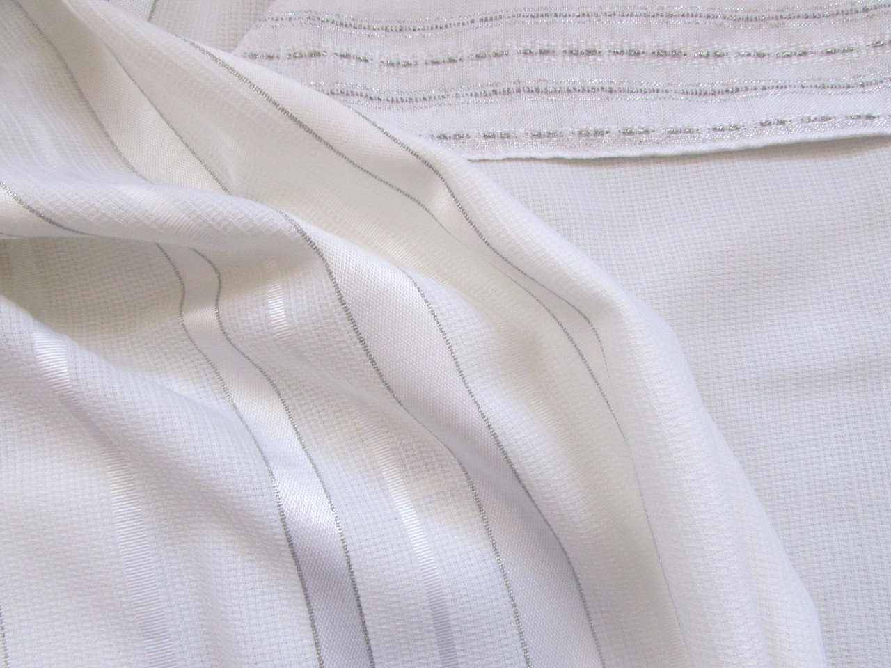 Tashbetz White-Satin-Silver with Handwoven Atara