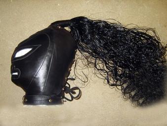 Sklavenmaske aus Echtleder mit Perücke