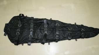 Enganliegender Zwangsschlafsack aus vollnarbigem Rindsleder mit Aufhängvorrichtung