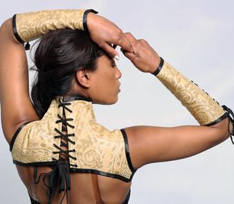 Eng schnürendes und mit Stahlstäbchen verstärktes elfenbeinfarbenes Nackenkorsett mit Handschuhen