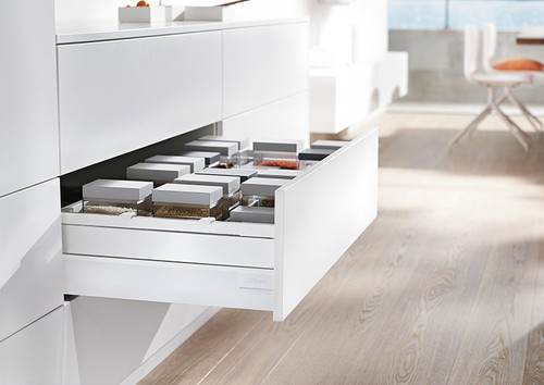 TANDEMBOX antaro C height drawer with metal boxside design elements in silk white