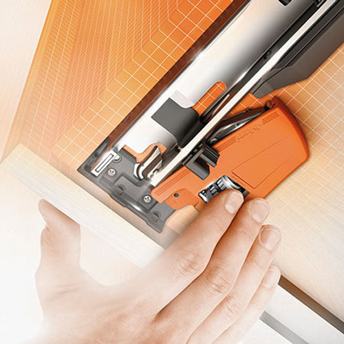 Side adjustment is tool-free and takes place on the locking device + / - 1.5 mm