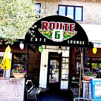 As a ski town restaurant and bar, Route 6 is a homey hangout with a large patio and couches placed so that visitors can lounge. Additionally, this cafà has been serving a menu of all-day breakfast, sandwiches, and other American staples for the last 17 years.
