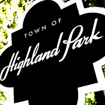 Welcoming visitors and tourists to this affluent town is a black and white Highland Park sign. Located in central Dallas County, the population is rather small, granting it with an exclusive and luxurious charm.