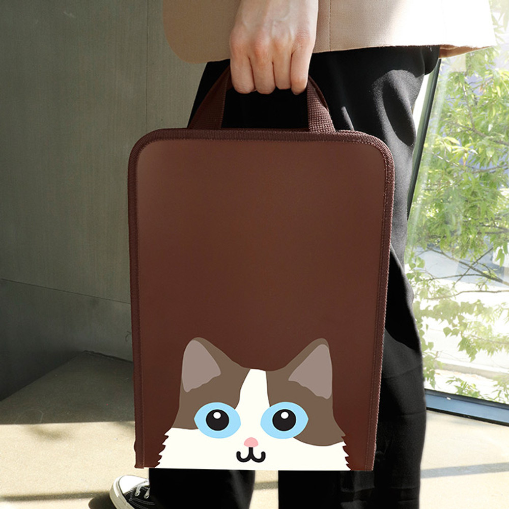 Usage example - Bookfriends Reading pet zip around file bag