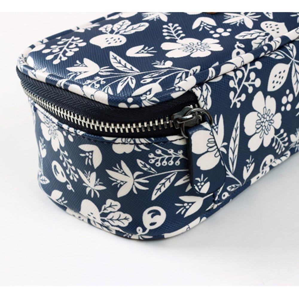 Detail of Pour vous harmony deep zipper pouch