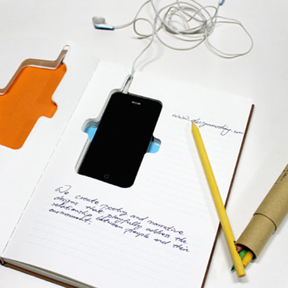The iPhone 4 / 4S fits into the center cut-out of the notebook
