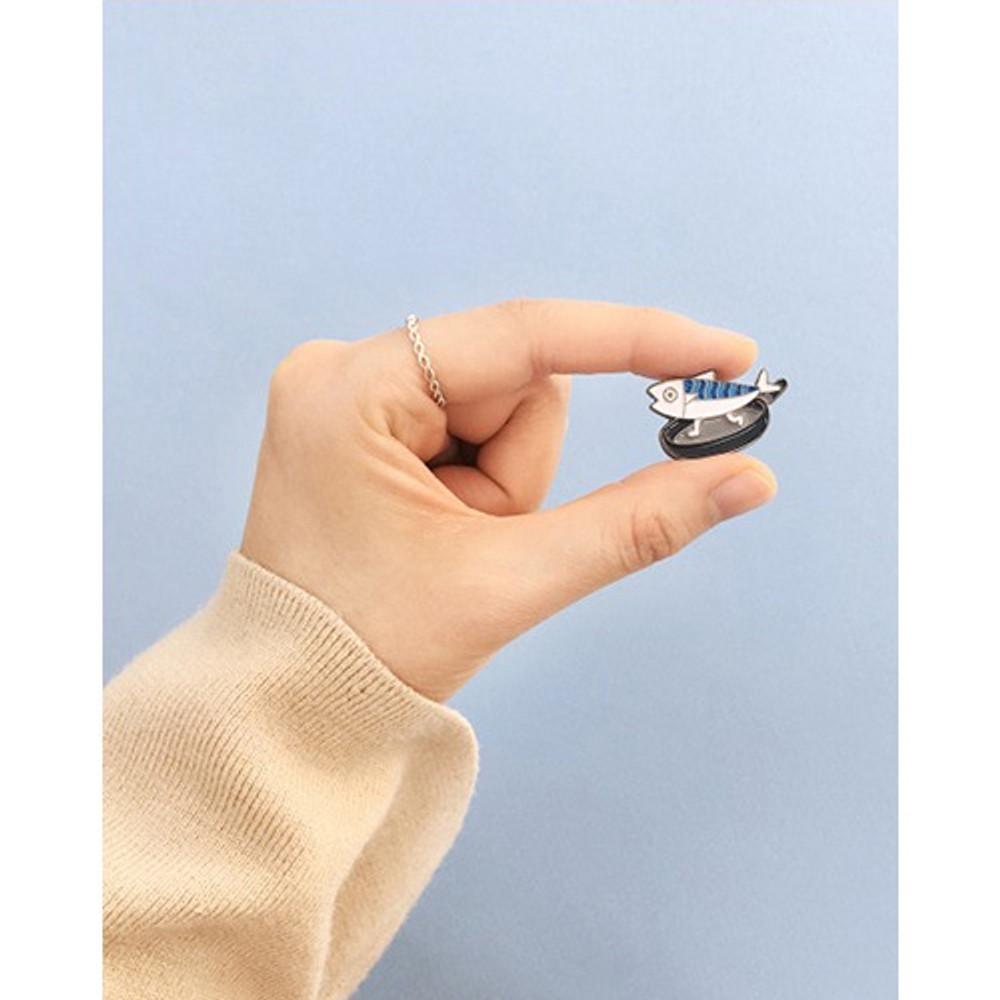 DESIGN IVY Ggo deung o friends black line pin badge