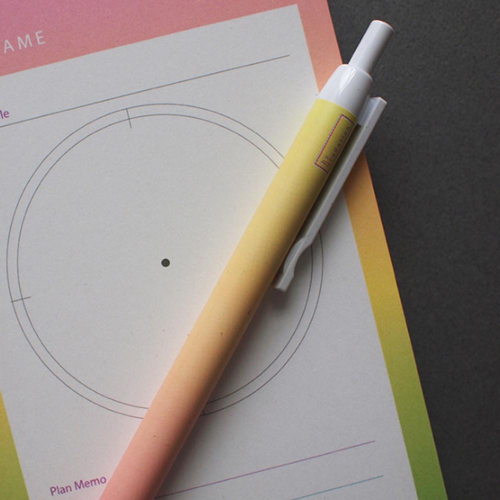 Yellow peach - Gradation knock black ink 0.38 mm ballpoint pen