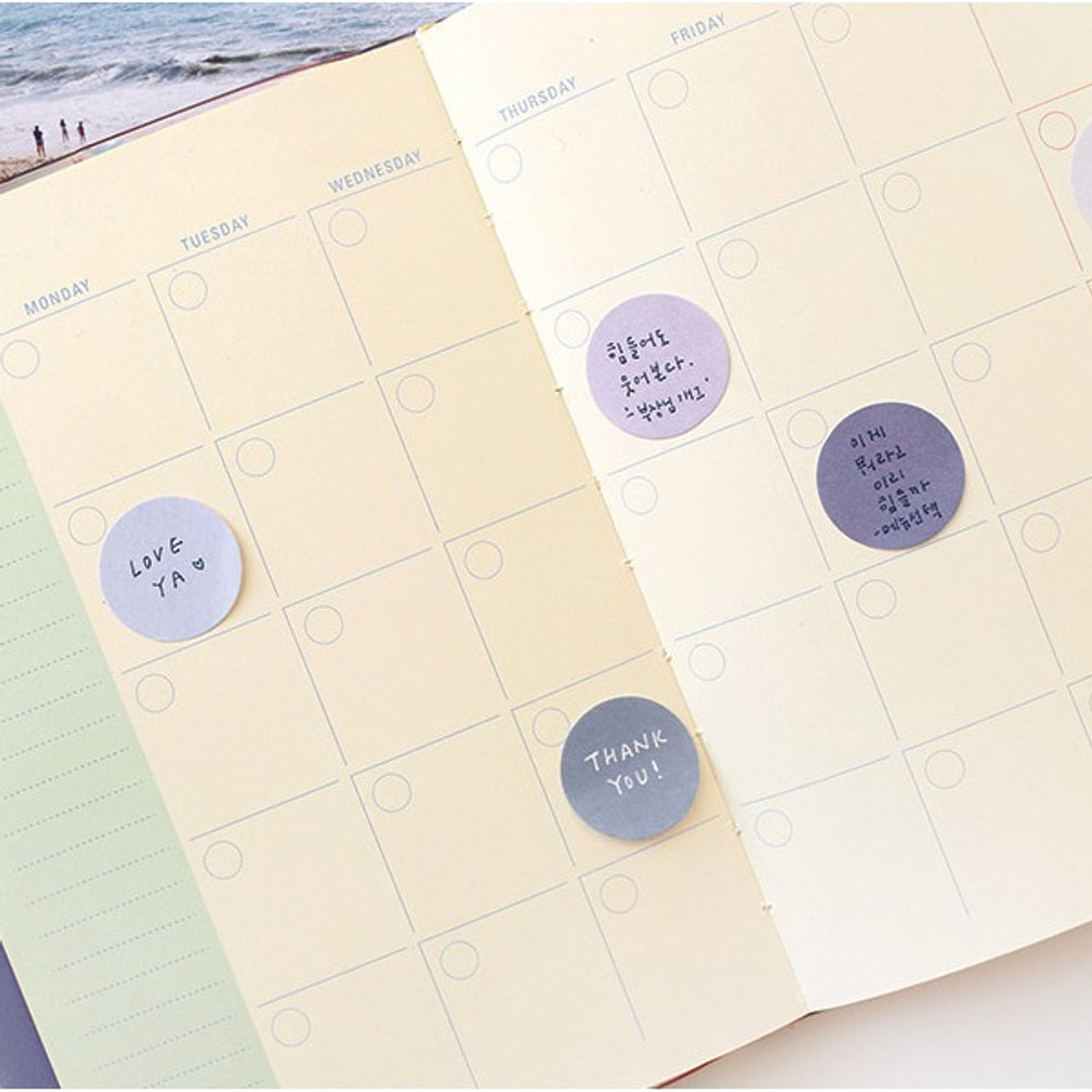 Example of use - Round small sticky notepad for monthly and weekly plan