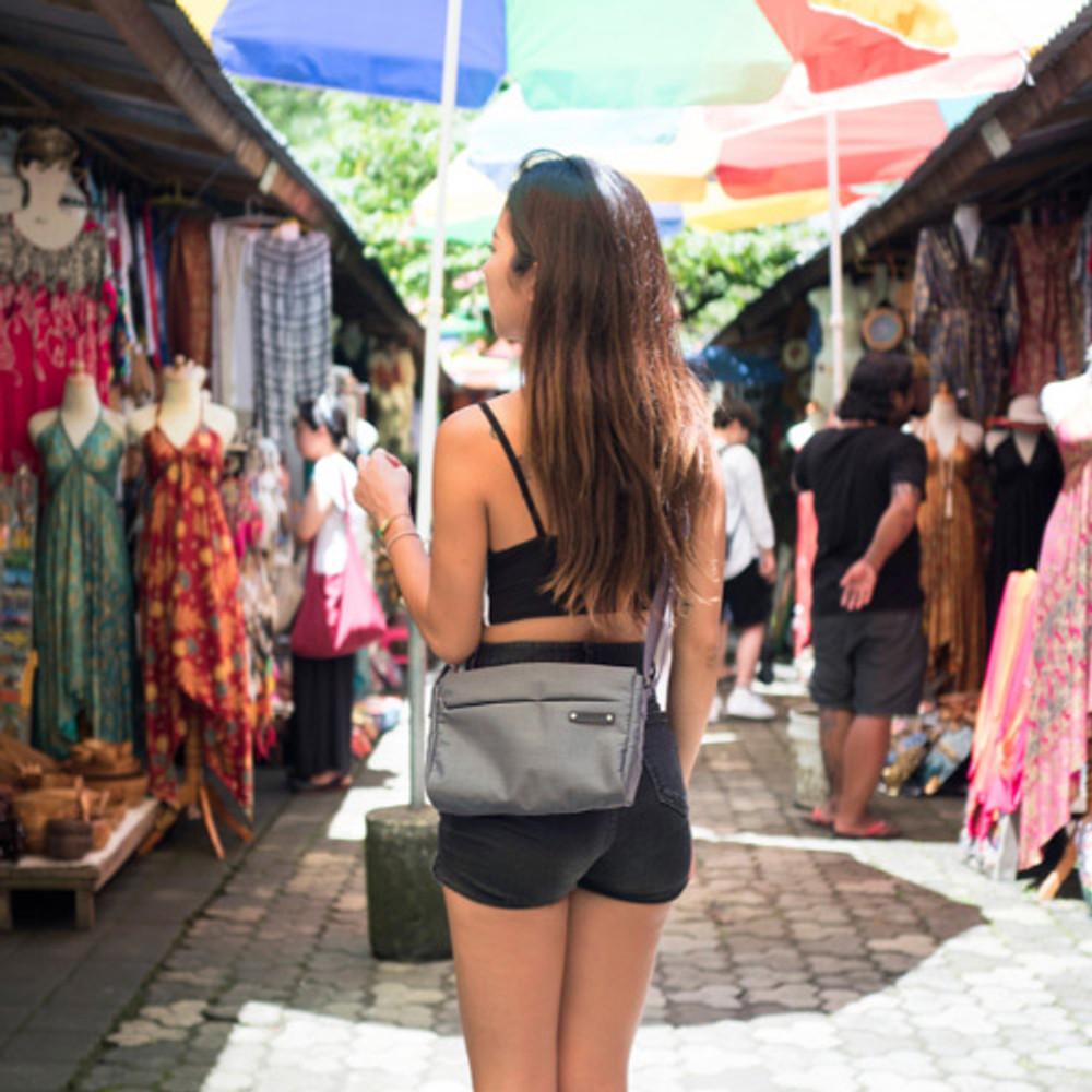 Example of use - Byfulldesign Travelus minimal crossbody bag for walking
