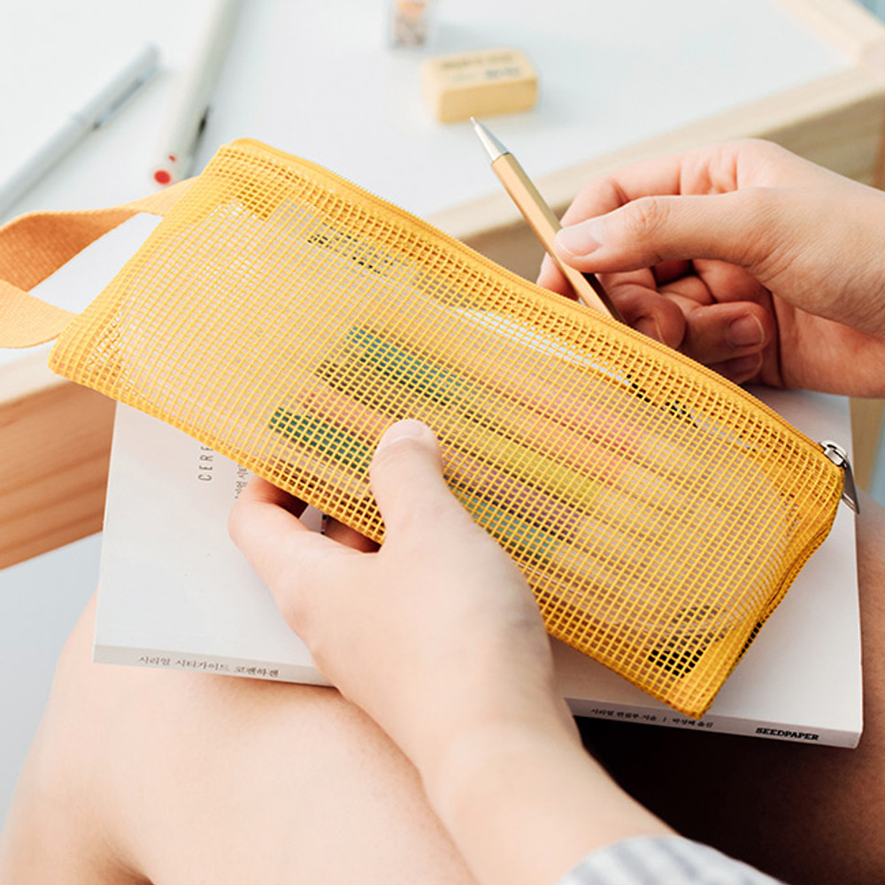 Example of use - Livework A low hill handle mesh travel zipper pouch