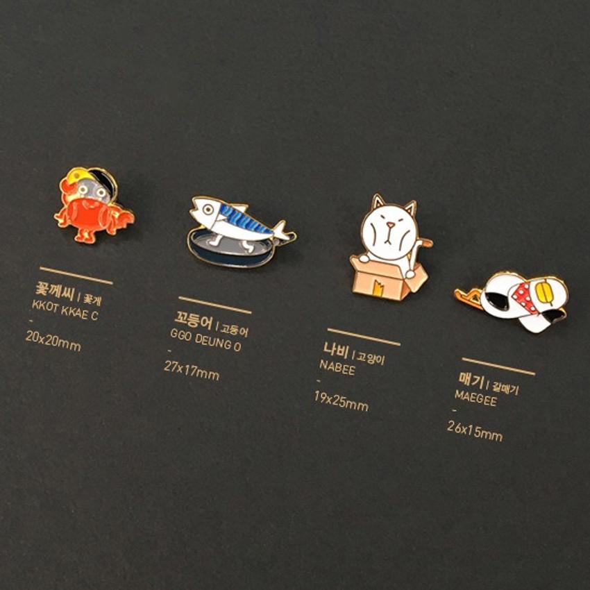 Size - DESIGN IVY Ggo deung o friends black line pin badge