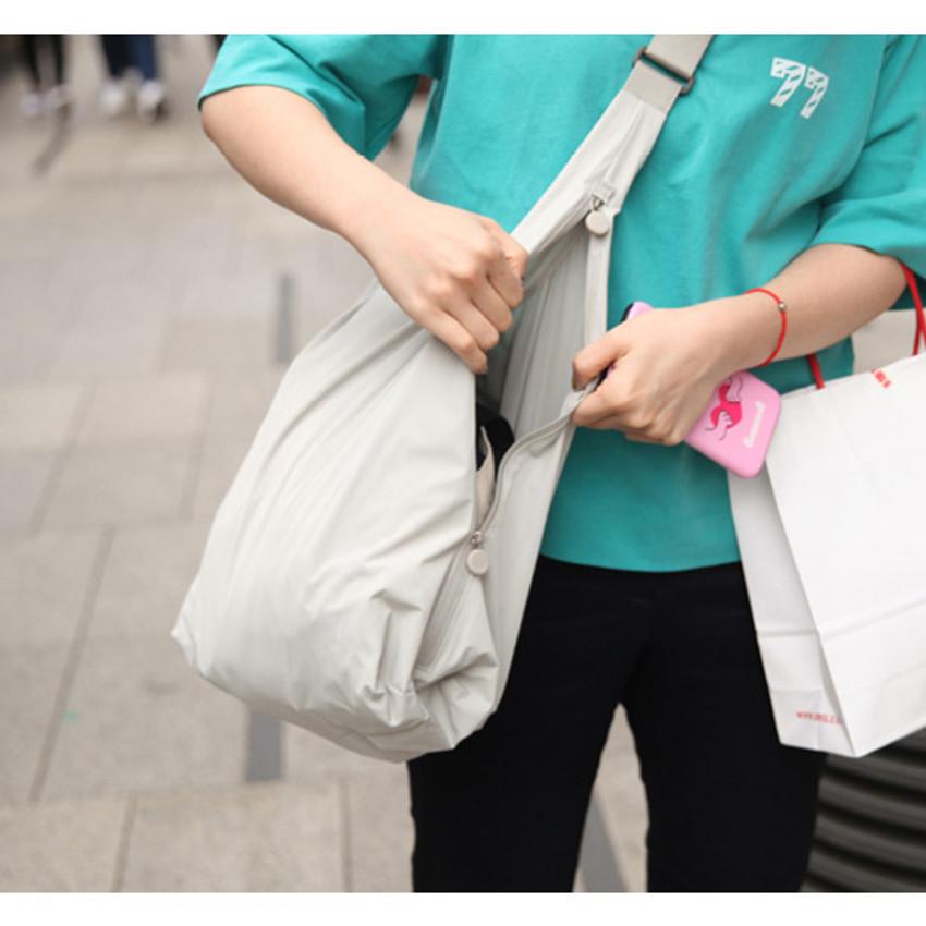 Zipper on the side - Byfulldesign Travelus water resistant rain bag for bags