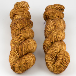 JulieSpins, Silky 435 // Amber