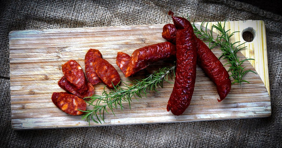 Links & Slices of Aurelia's Artisan Spanish Chorizo displayed on cutting board.