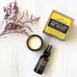 So long dull, dry skin, and hello moist! There are so many benefits to the active ingredients in this reformulated wonder, including Cinnamon Bark Extract, Tonka Bean Butter and Hawaiian Sandalwood.  Cinnamon Bark Extract assists in the reduction of dead skin cells and helps restore shine and suppleness to the skin. In addition, Cinnamon improves blood flow and encourages oxygenation of the blood to the outer surface of the skin, and this causes minor plumping and stimulation on a deep cellular level to diminish fine lines and wrinkles.