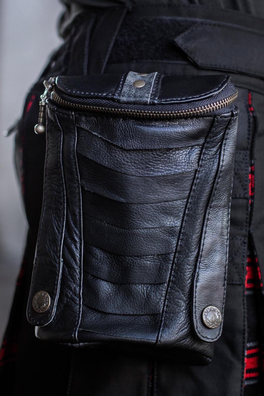 Leather XL Cargo Pocket V2 w/ Antique Black on a Warlord Versatta Hybrid Kilt.