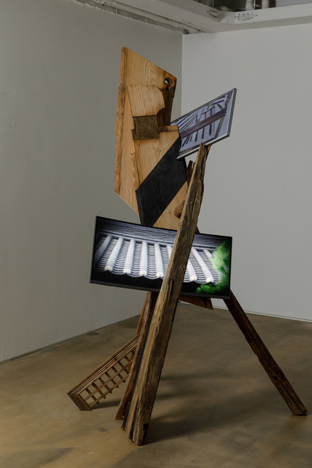 Build the wind by Guem MinJeong. 2020. Curved monitor (34''), LED monitor (21'') two channel video, Hanok wood, 00:02:30 loop.