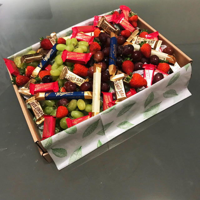 Contains   3X White chocolate Sante   3X Milk chocolate Sante  12X Peanut mini slab 15g   12X Berry and Biscuit 15g   Seasonal Strawberries  Red grapes  Green grapes