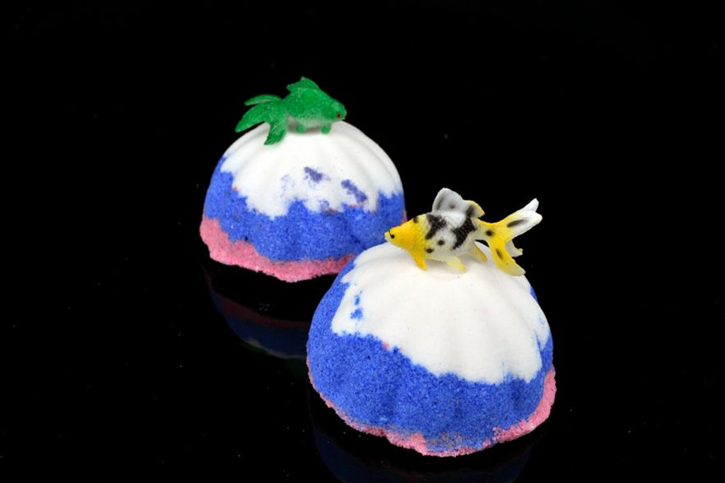 Wholesale Gone Fishing Bath Bomb x 6 with Toy Fish in the Centre