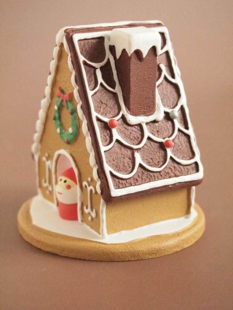 DECOLE concombre Christmas Candy House with Mini Santa Claus Mini Figure