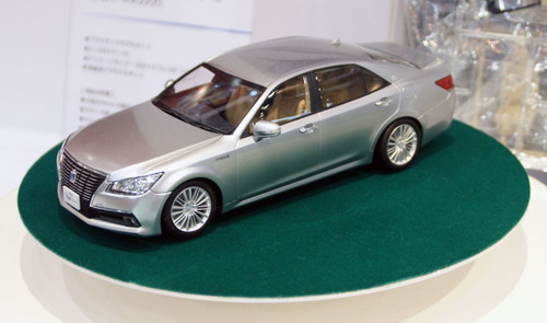 Aoshima 08492 AWS210 Toyota Crown Hybrid Royal Saloon G 2012 Silver Metallic 1/24 Scale Kit (Pre-painted Model)