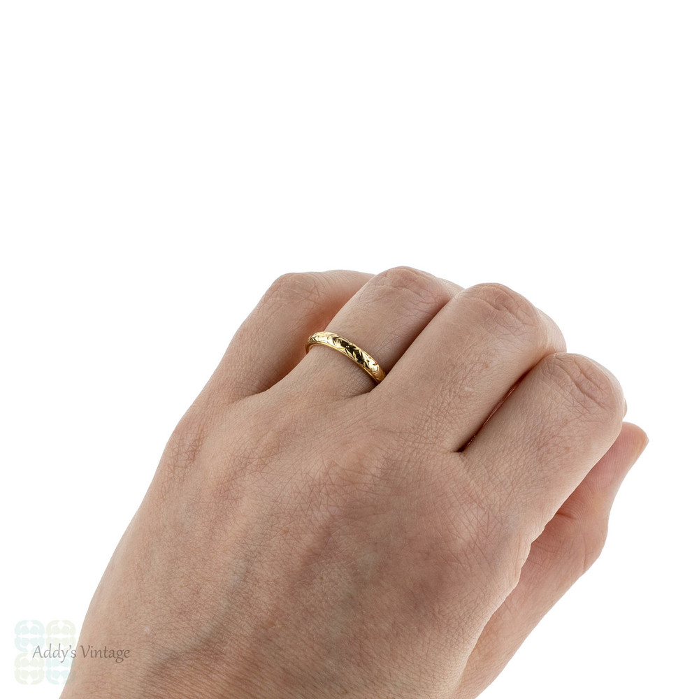 Vintage Engraved Yellow Gold Wedding Ring, Mid 20th Century Floral Engraving 18 Carat Gold Band. Circa 1950s, Size N.5 / 7.