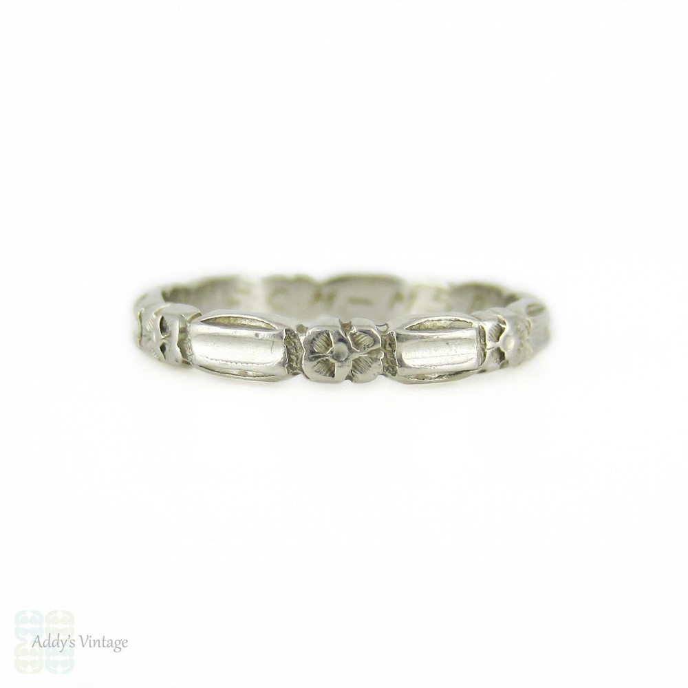 1940s Engraved Platinum Wedding Ring, Scalloped Edge Band with Floral Engraving. Size K.5 / 5.5.