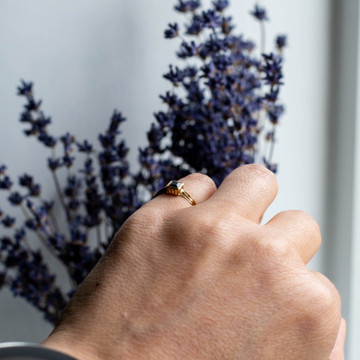 Sapphire 18ct Single Stone Ring, Square Cut Solitiare with Engraved Gold Band.