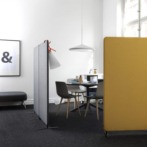 In high-noise working areas, Softline gives a high level of sound absorption on total screen surface. The screen is suitable for open office landscapes - with these you have the possibility to create smaller, separated work spaces