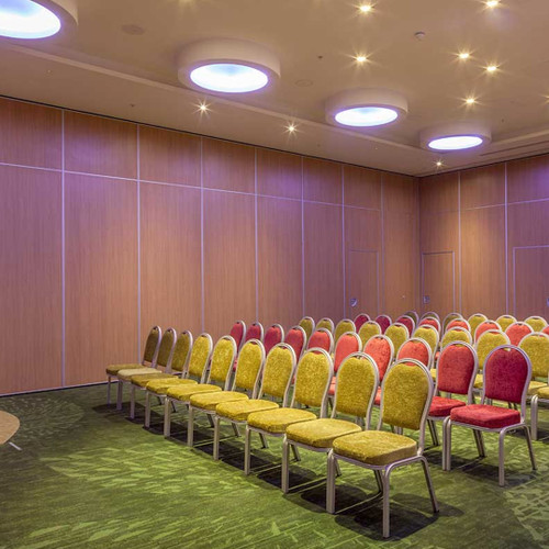 Designed to ensure a  56dB sound isolation, the acoustic concertina partitioning walls DIVIDERS-MW can be integrated in events venues, educational centres, or hotels.
