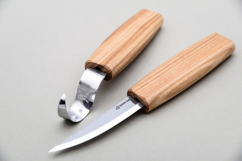This is showing you a overall view of what knives are included in the Beaver Craft Beginner Spoon Carving Set.
