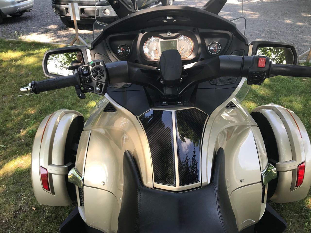 Spyder RT 2010-2019 Protection Pour Coffre À Gant - Urethane - Carbone Noir